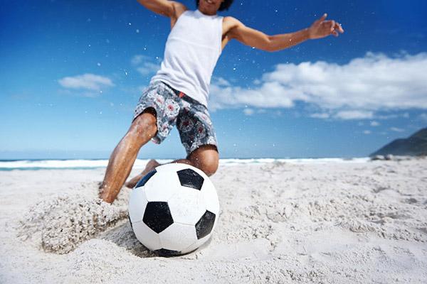 砂浜でサッカー